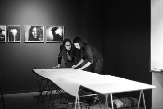 Montage de l'exposition «Dépêche-toi de vivre», Laure et Matilde © Melania Avanzato