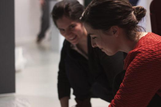 Montage de l'exposition «Black Mirror» d'Eric Antoine, Agathe et Matilde © Laure Canaple