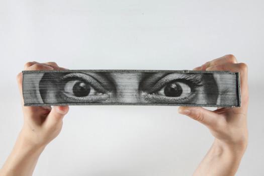 « L'art peut-il changer le monde ? » de JR, Nato Thompson, Joseph Remnant et Marc Azoulay, graphisme : Sarah Boris, éditions Phaidon, 2015